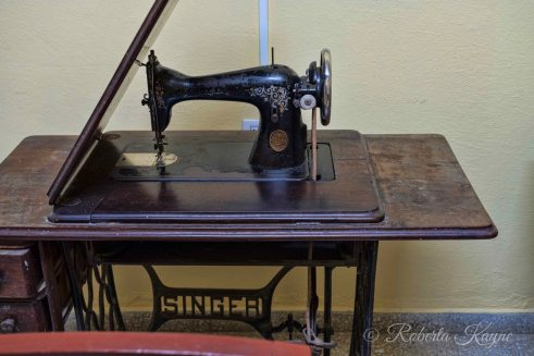 1-7-18 Ciego de Avila RKXT3151-Edit Singer Sewing machine small